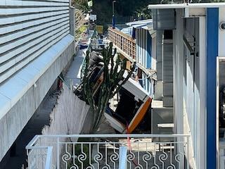 Incidente a Capri, iniziate le operazioni per rimuovere il bus precipitato