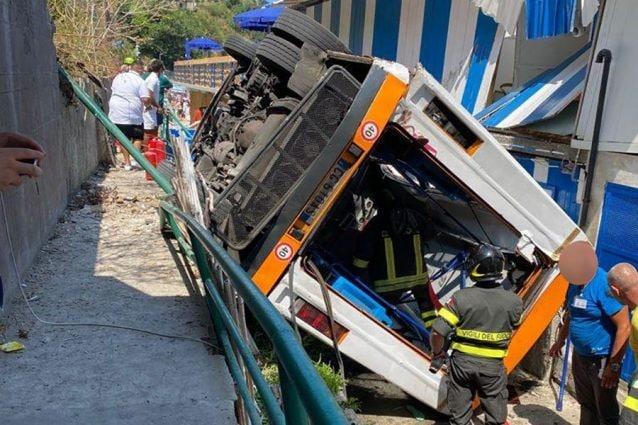 Autobus precipitato a Capri, le condizioni dei due bambini feriti e ricoverati al Santobono