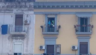 """Salvini contestato a Napoli, dal balcone appare un """"49"""" durante la sua visita a Piazza Nazionale"""