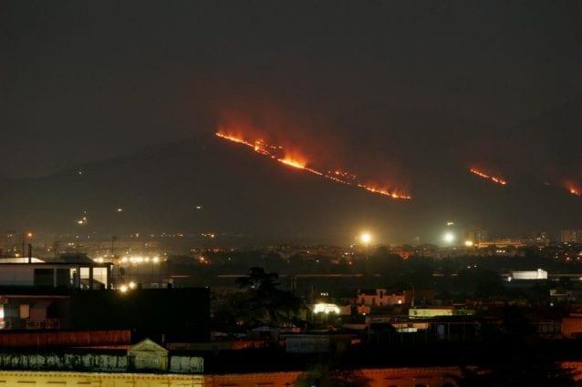 Maxi incendio in zona Caserta, Vigili del Fuoco al lavoro coi Canadair