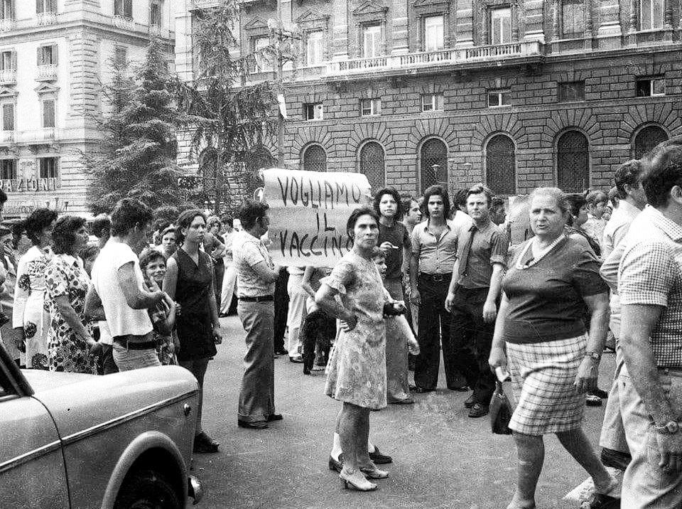 Appena 48 anni fa la gente a Napoli scendeva in corteo perchè voleva il Vaccino....