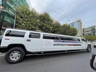 Clemente, campagna elettorale green ma la sua lista Napoli 2030 in giro con la maxi limousine nel traffico