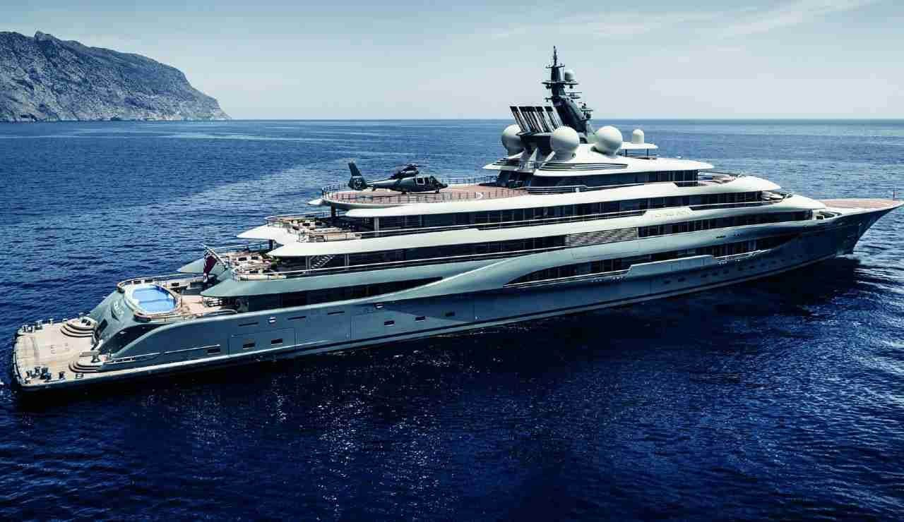 A Positano c'è Flying Fox, lo yacht più costoso al mondo: è di Jeff Bezos,  mister Amazon