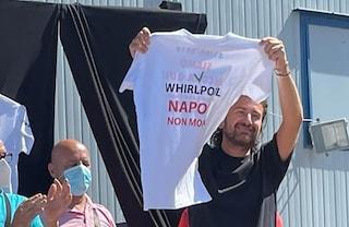 """Alessandro Siani in fabbrica dagli operai Whirlpool parla del papà operaio: """"Chi ci governa ignora le nostre vite"""""""