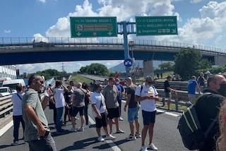 """Whirlpool Napoli, operai bloccano l'autostrada A3: """"Il governo fermi i licenziamenti"""""""