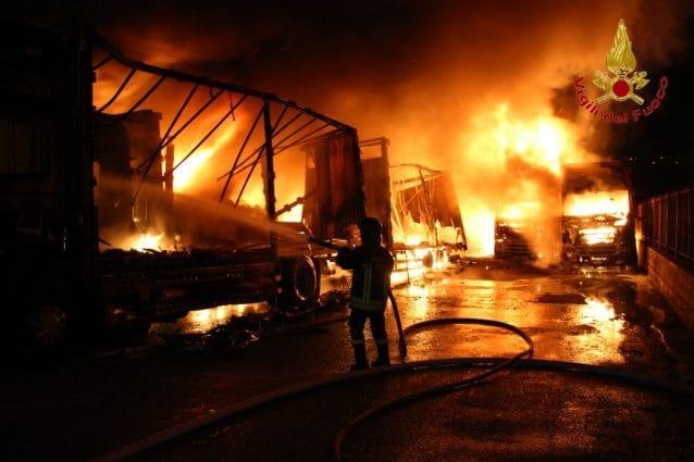 Incendio in un deposito di camion, decine di mezzi in fiamme a Montefredane (Avellino)