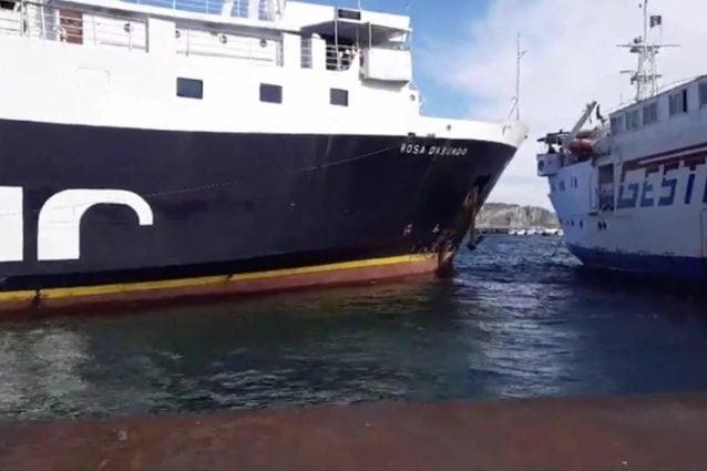 Allerta meteo per forte vento a Procida, scontro tra due traghetti nel porto