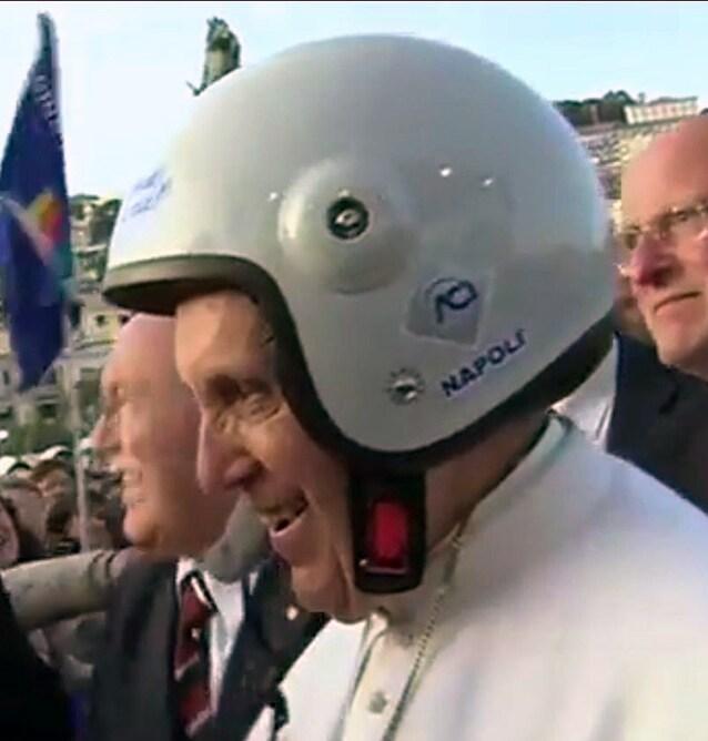 Papa Francesco col casco