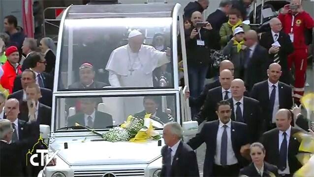 L'arrivo del Papa in piazza Plebiscito