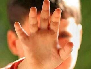 Follia a Torre del Greco, bimbo di 4 anni aggredito da una donna per strada