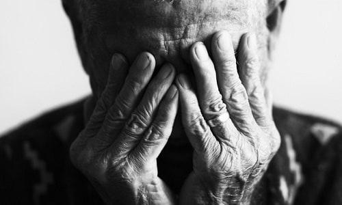 Si fingono carabinieri e rapinano un uomo di 99 anni: un arresto, complice in fuga