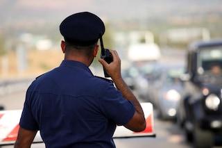 Napoli, 13enne vaga a piedi sull'autostrada: salvato dai poliziotti stremato e assetato