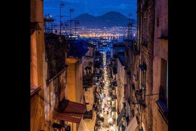 La foto di Mattijs Diepraam dai Quartieri Spagnoli di notte