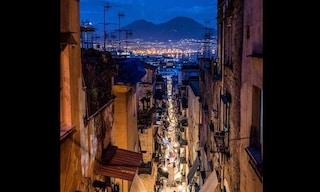 La bellissima foto dai Quartieri Spagnoli fino al mare da dove è stata scattata?