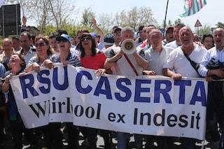 La fabbrica di elettrodomestici Whirlpool chiude a Napoli: 430 operai a rischio