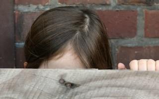 Bacia la figlia 13enne dei vicini, nei guai un 60enne del Vallo di Diano
