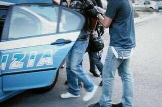 Fugge sui tetti dopo un furto e lancia tegole ai poliziotti: bloccato con lo spray al peperoncino