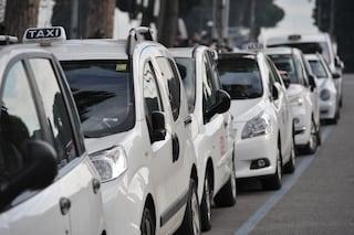 """Napoli, nuova postazione taxi alla Stazione Centrale: """"Servizio migliore per turisti e cittadini"""""""