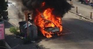 Esplode l'auto di un pregiudicato: paura nella notte a Scampia