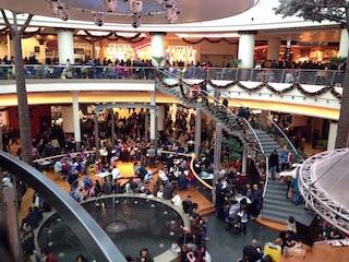 Napoli, stacca l'anti-taccheggio e prova ad uscire dal centro commerciale con abiti rubati