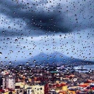 Maltempo Napoli, forte pioggia e fulmini, il temporale d'agosto blocca la città