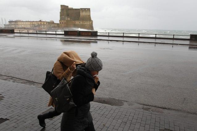 Forti raffiche di vento su tutta la Campania: grecale a 40 km orari sul Golfo di Napoli