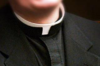 """""""Morto per la droga"""", invece stroncato da un tumore: gaffe del parroco, i familiari lasciano la chiesa"""