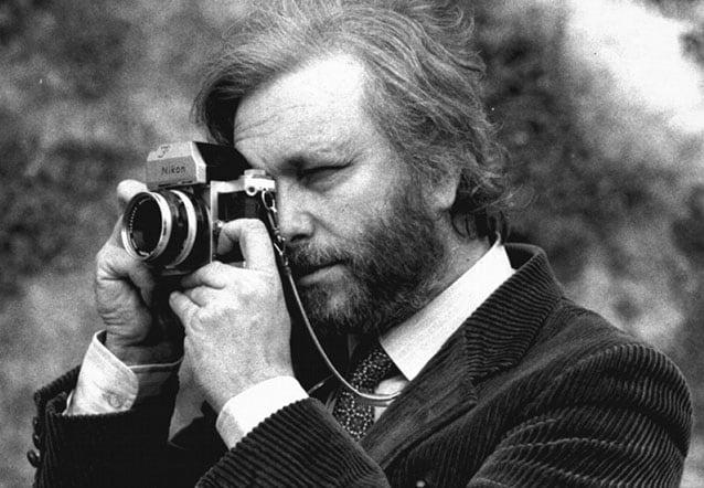 Luciano De Crescenzo mentre fotografa