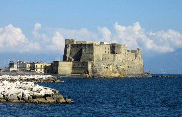 Castel dell'ovo da via Partenope a Napoli (foto di Luca Aless).