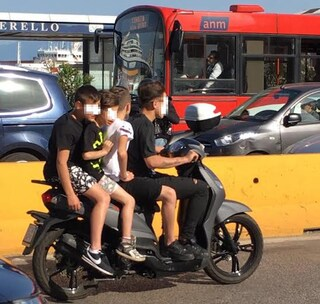 Posti di blocco e sequestro di scooter, il piano di De Magistris contro le stese
