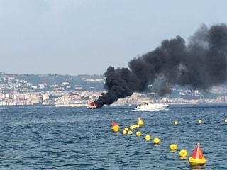 Gommone in fiamme in Cilento: uomo si butta in mare con il figlio di 21 mesi e lo salva