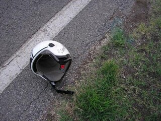 Incidente sull'Asse Mediano: gabbiano sbatte sul casco del motociclista che cade e muore