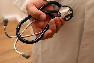Napoli, disoccupata e senza soldi, paga la visita medica con una collana: il dottore le trova lavoro