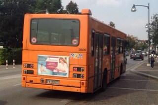 Napoli, sale sul bus e getta birra sugli altri passeggeri, poi ne aggredisce uno