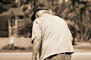 Ruba la pensione mensile dello zio e lo abbandona in casa senza luce e senza farmaci