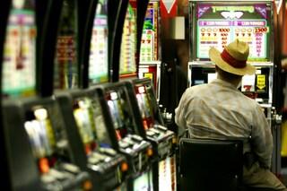 Slot machine truccate, il giocatore perdeva sempre: blitz nelle sale scommesse di Salerno