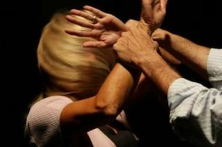Tiene in ostaggio la figlia di 2 anni e violenta l'ex compagna: 27enne arrestato a Varcaturo