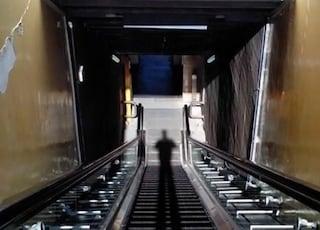 Napoli, ragazza cade sulle scale mobili della stazione: caos e ritardi sulla Linea 2 della metro