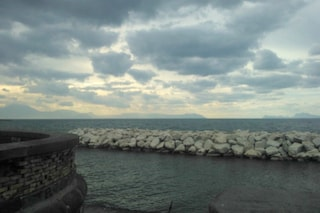 Previsioni meteo Napoli Pasqua e Pasquetta: caldo e cielo coperto, la pioggia è in agguato