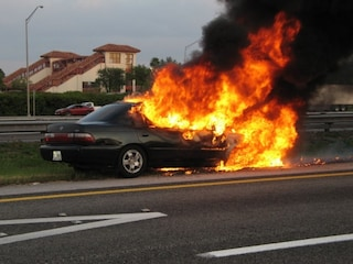 Napoli, incidente in autostrada: 21enne incastrato nell'auto in fiamme, salvato dalla polizia
