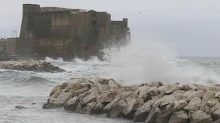 Allerta meteo Napoli, mare troppo agitato: sospesi i collegamenti con le isole