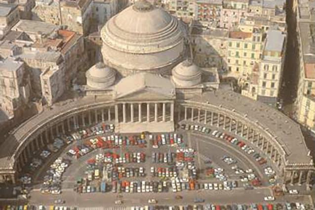 Immagine storica di piazza del Plebiscito quando era adibita a parcheggio pubblico