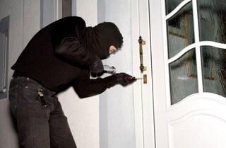Capua, rapina in casa: criminali picchiano commerciante e rubano una pistola