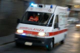 Salerno, motociclista travolge pedone: grave il passante, ha battuto la testa sull'asfalto