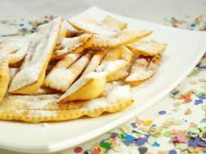 Le chiacchiere, il dolce tradizionale di Carnevale a Napoli.