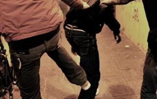 Sputi e pietre contro mamme e bimbi nomadi: la vergogna in pieno centro a Napoli