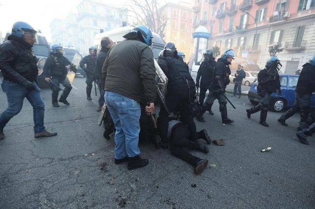 Gli scontri a Fuorigrotta per impedire la convention di Salvini