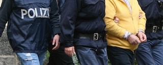 Torre del Greco, lancia oggetti contro i poliziotti e poi li aggredisce con un coltello: arrestato