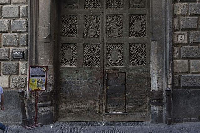 Ingresso monumentale del Palazzo Diomede Carafa (Wikipedia).