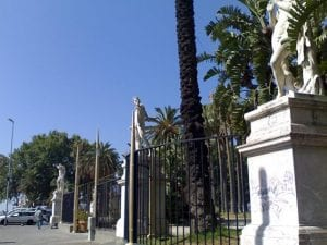 563 Sesso su una panchina della Villa Comunale: 20mila euro di multa ai due amanti